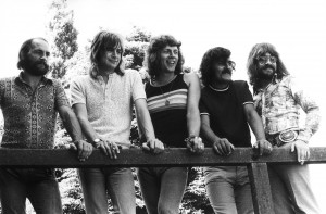 English pop group The Moody Blues, group portrait, 1972, (L-R) Mike Pinder, Justin Hayward, John Lodge, Ray Thomas and Graeme Edge. (Photo by Michael Putland/Getty Images)