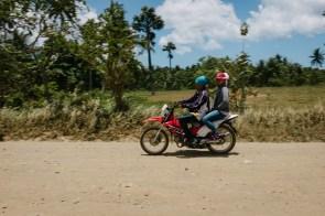 Z motorjem na poti na plažo Duli