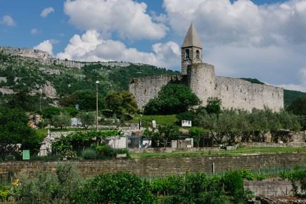 Izlet na Kras, vas Hrastovlje s cerkvijo Svete Trojice na vrhu hriba