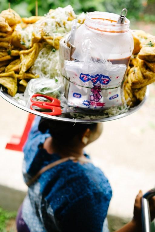 Prodajalka prigrizkov na jangonski krožni liniji, Mjanmar