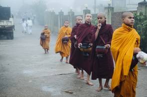 "Menihi na Pagodi Kyaiktiyo (""Zlata skala""), Mjanmar"