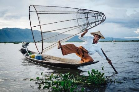 """Fake"" ribič, ki na jezeru Inle za denar pozira turistom (foto: Janin Kolenc)"