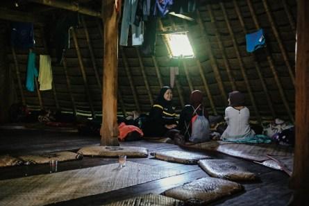 V notranjosti tradicionalne hiše, Wae Rebo, Flores, Indonezija