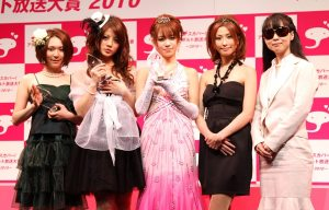 Shelly Fujii (center) was crowned Best New Actress at the Sky PerfecTV! Adult Broadcasting Awards 2010 that took place Wednesday night at a theater in Tokyo's Shibuya district.