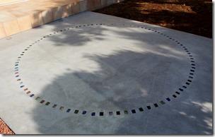 コンクリート床デザインにニューカットダルグリーン埋め込み