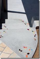 小さなタイルをコンクリートの床に埋め込んで