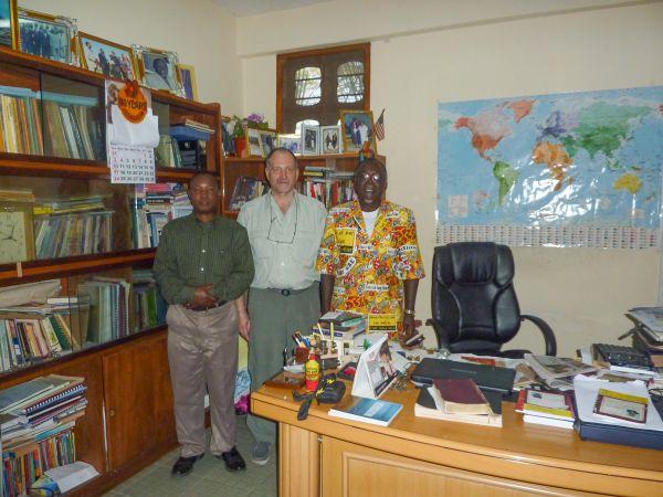 Vertragsunterzeichnung im Büro des Bischofs in Tanga. Von links nach rechts: Daniel Makoko, Klaus Schäfer, Bischof Jotham Mwakimage (Tanzanian Assemblies of God)