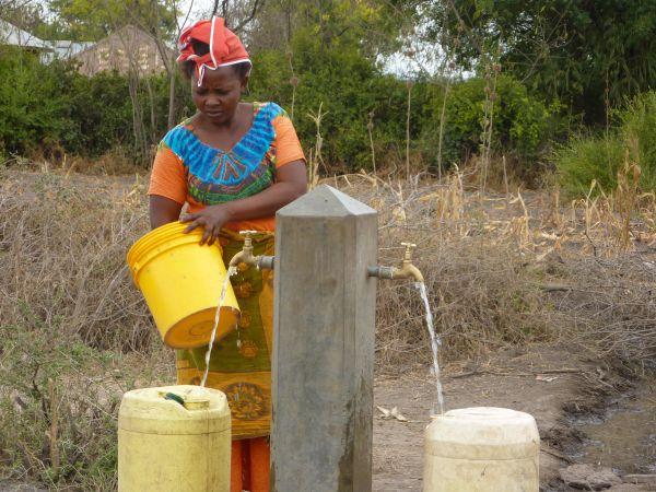 Wasser gibt es ab sofort für alle Dorfbewohner an 12 Zapfstellen in der Nähe ihrer Häuser.