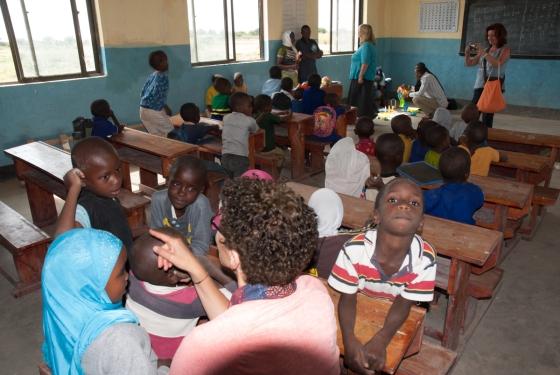 Spielen und basteln mit den Kindern im Kindergarten von Toloha