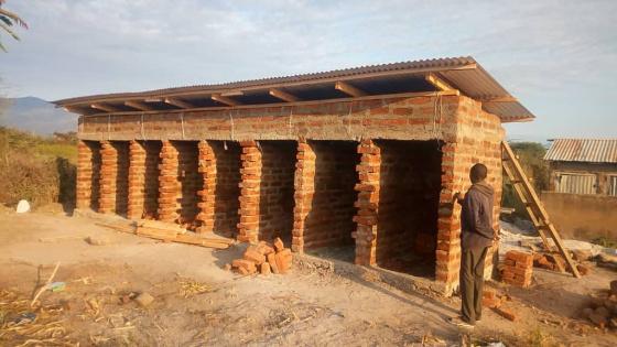 Wände und Dach sind im Rohbau fertig. Insgesamt werden acht Toiletten errichtet.