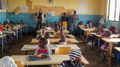 Glückliche Kinder in ihrem neu ausgestatteten Klassenzimmer