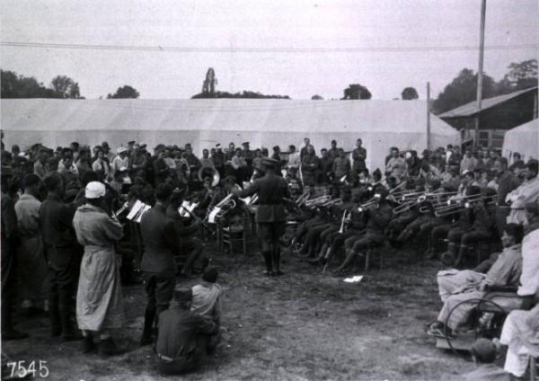 La banda de James Reese Europe entreteniendo a pacientes y personal sanitario del Hospital Número 5 de la Cruz Roja Americana en Paris (1919).