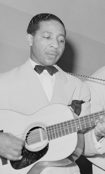Lonnie Johnson playing in Chicago, 1941. Foto de Russell Lee
