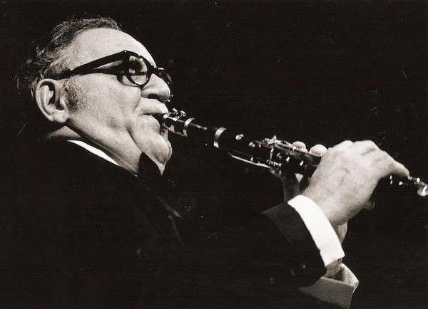 Benny Goodman en concierto 1971. Fotografía por Hans Bernhard. Dual licensed by its author under GFDL-CC-BY-SA-all (https://commons.wikimedia.org/wiki/File:Benny_Goodman2.1971.JPG