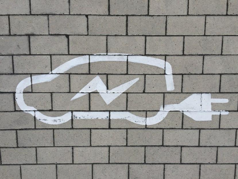 afbeelding van een elektrische auto in krijt op de muur