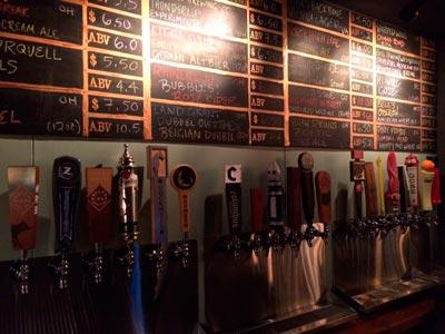 Bar con muchas salidas de cerveza