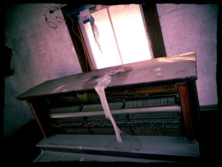 Abandoned-Home-With-An-Unplayed-Piano-6