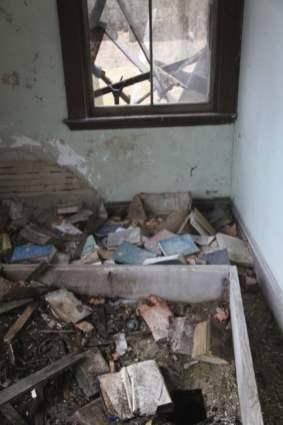old_lodge_toppled-bookshelf_5633265207_o_51