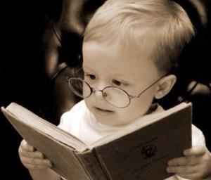 本を読んでいる子