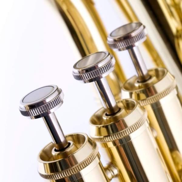 Produktnærbillede af ventiler på en euphonium med hvid baggrund