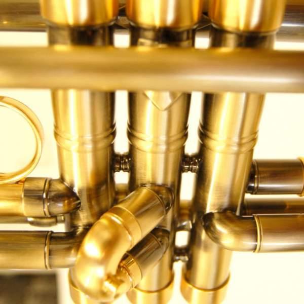 Produktnærbillede af trompet med messingfinish