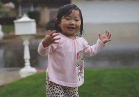 150115_bambina-reazione-sotto-la-pioggia