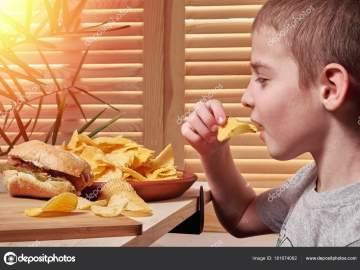 dieta mano che porta da mangiare alla bocca