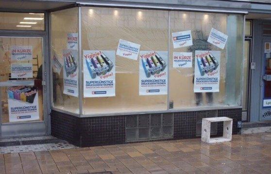 Plakate weisen bereits auf die Eröffnung in Altona hin