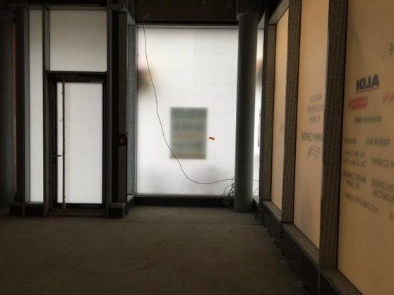 Was man in Spiegelschrift erkennen kann: Ein ALDI befindet sich ganz in der Nähe.