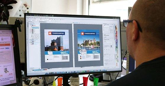 Unser Grafikdesigner Janko Kissel arbeitet an letzten Details zu den Einlegern für die Blisterpackung der neuen Patronen