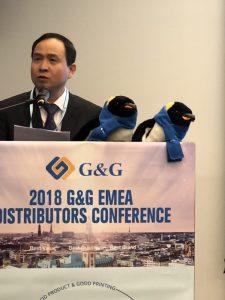 Jason Wang, CEO von Ninestar Image begrüßt die Teilnehmer mit den Piunguinen Gloria und Gustav.