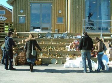 Mange besøkende på loppemarked i godvær!