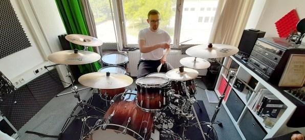 Dominik am Schlagzeug
