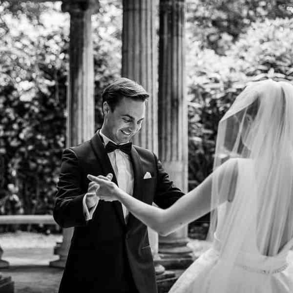 La remise du bouquet de mariage le Marié découvre la robe de la mariée