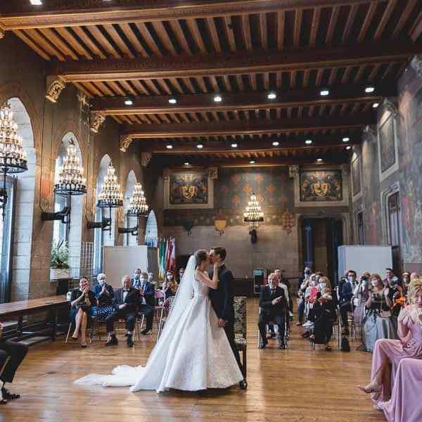 cérémonie de mariage civil à la mairie de Douai les mariés s'embrassent avec émotion