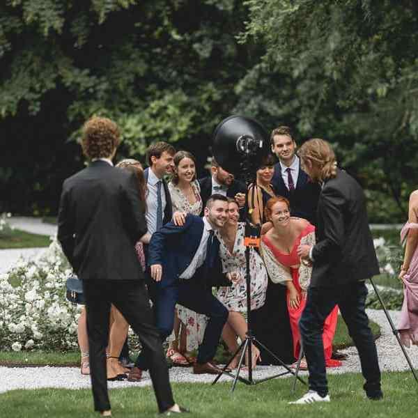 Pendant le vin d'honneur les invités s'amusent au coin studio Photo Booth mis en place par le photographe de mariage