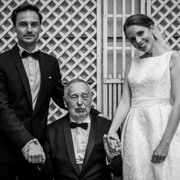 Les Mariés prenant la pose photo avec le grand-père très ému Photo pleine d'émotions en noir et blanc