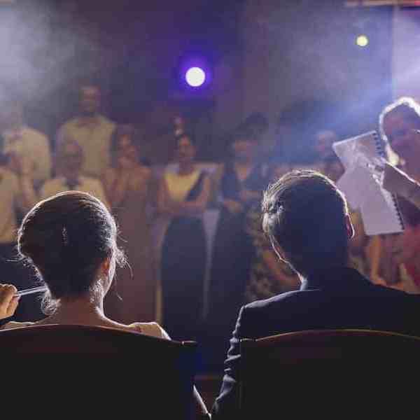Photo de soirée de mariage les invités font un discours aux mariés