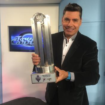 Tony Carrasco con Trofeo LVBP
