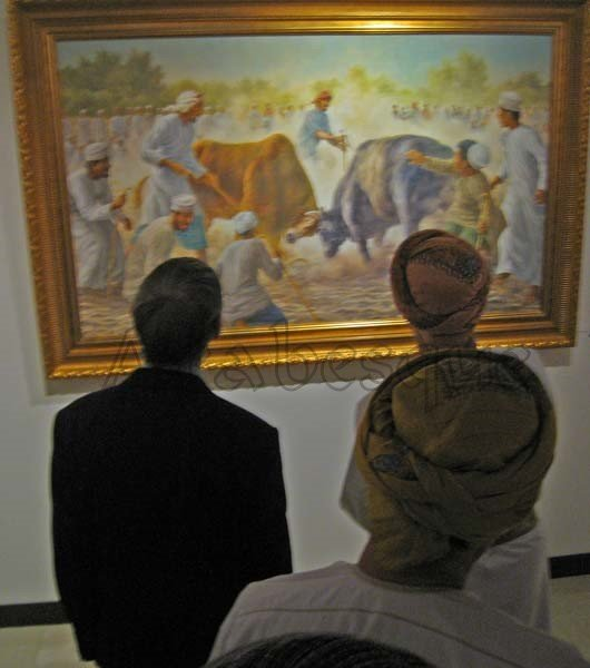 David Willis explains features of one of his paintings to the chief guest