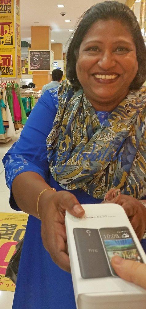 Vishali-Das-Receiving-her-HTC-Phone-