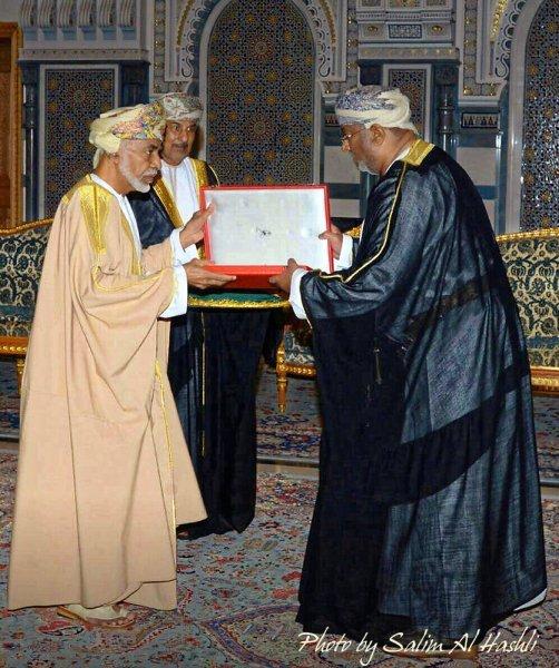 Sultan Qaboos presents an Award to Yahya Al Jabri