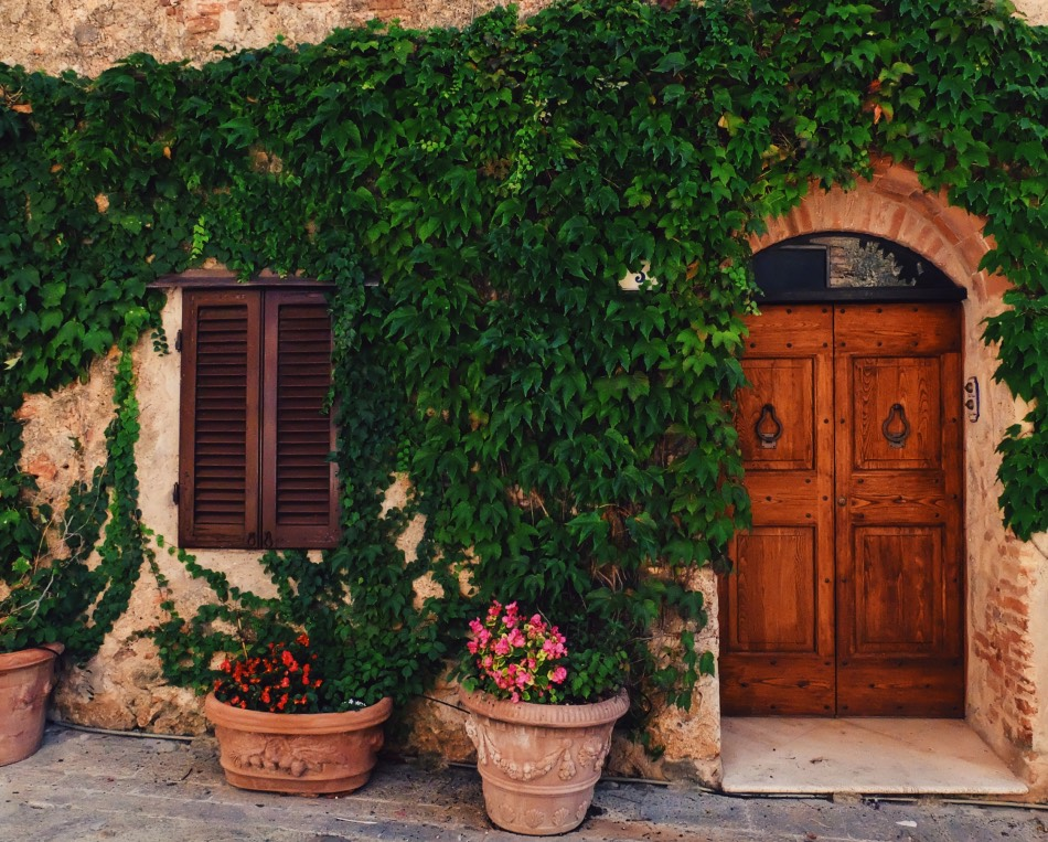 Biking in Tuscany - Doors in San Gimignano