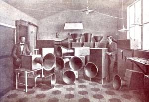 Luigi Russolo (links) met zijn lawaaimachines