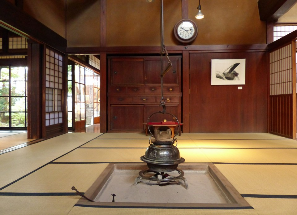 Japanese room with fireplace in the centre