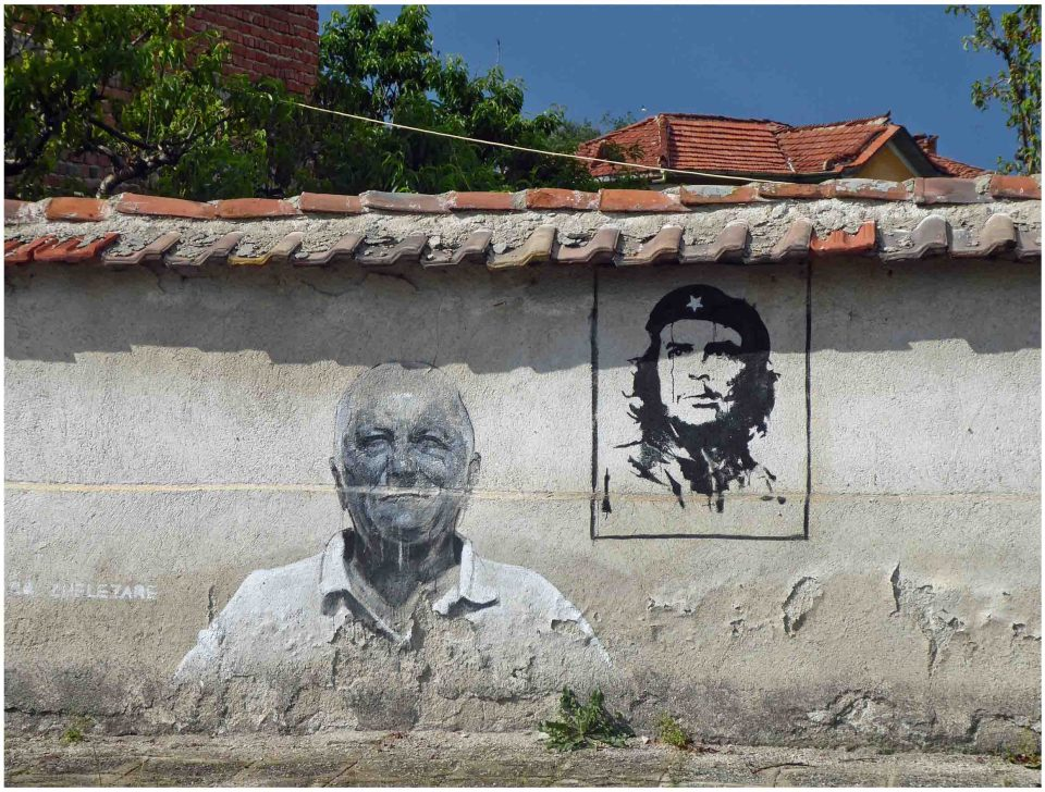 Mural of man in white shirt and Che Guevara