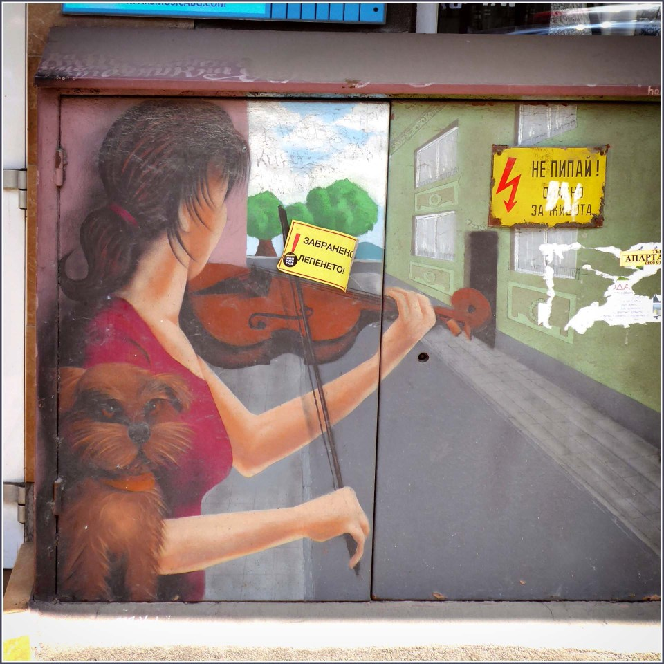 Mural of a girl playing the violin