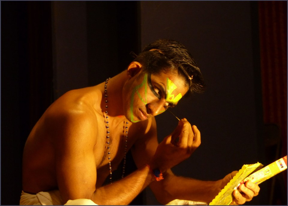 Man applying colourful face paint