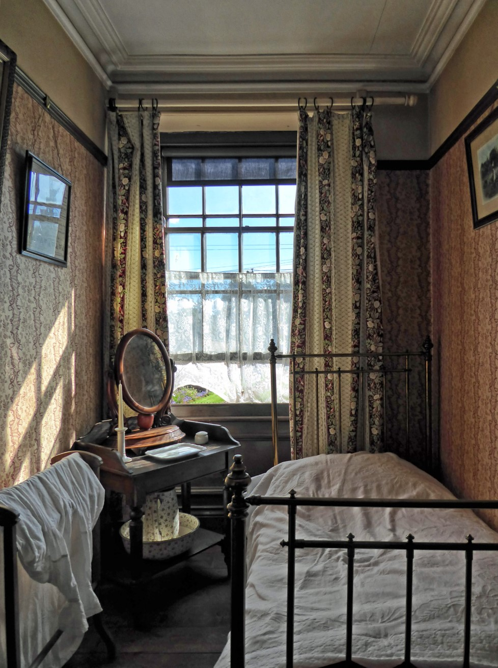Small old-fashioned bedroom