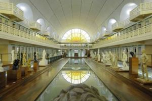 Reflected art: La Piscine is a highly unusual place where one can have a short strong dose of culture.